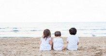 Niños mirando al mar